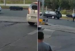 Cadáver cai de carro funerário e fica parado no meio de estrada; VEJA VÍDEO