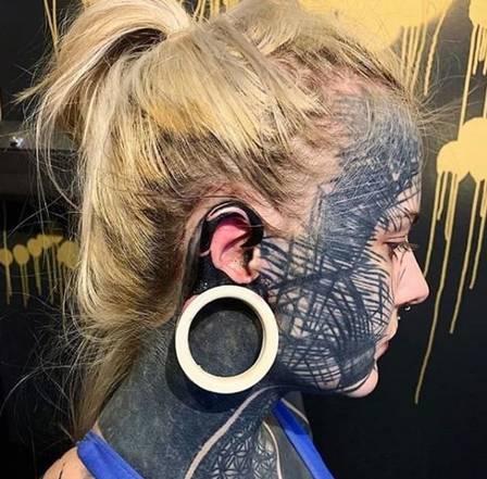 xblog tattoo 3.jpg.pagespeed.ic .bqVAGq4sgq - Escocesa gasta R$ 80 mil, adere ao 'blecaute' e tatua 90% do corpo