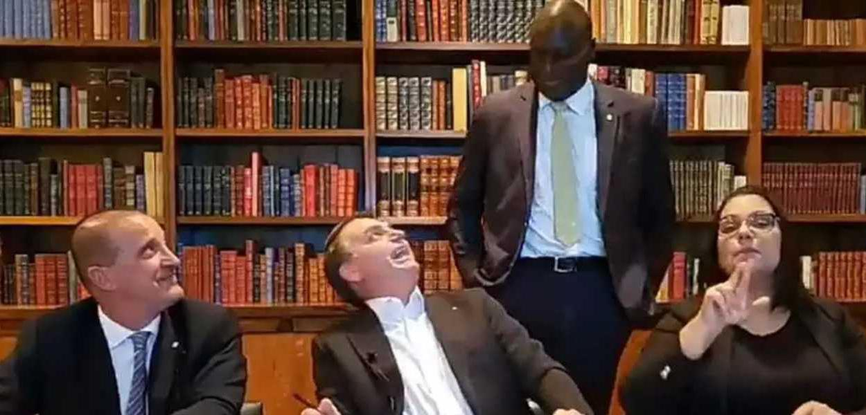 RACISMO? Bolsonaro diz que deputado negro 'deu uma queimadinha' porque 'demorou para nascer'