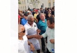 'Atento aos problemas da comunidade': Nilvan Ferreira caminha pelas ruas da capital ouvindo a população