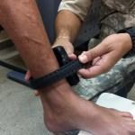 Detento recebe a tornozeleira eletrônica - Partidos se manifestam contra uso de tornozeleira eletrônica por investigados na Operação Calvário; confira a nota