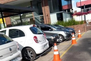 ESTACIONAMENTOAUTUADO1 300x202 - Empresarial é autuado pelo Procon-JP por usar calçada rebaixada como espaço privado