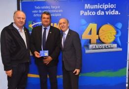 Integrante do Conselho Político, presidente da Famup, recebe homenagem da CNM pelos 40 anos da entidade