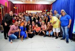 Deputados Edna e João Henrique participam de baile carnavalesco acompanhados por correligionários