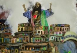 FINGIU QUE NÃO VIU? Comentarista da Globo evitam falar de 'messias com arma na mão' da Mangueira