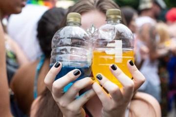 menor consome bebidas alcoolicas coloridas durante bloco de carnaval em sao paulo sp 1582053074157 v2 900x506 - CUIDADO NO CARNAVAL: Bebida da 'moda' embriaga fácil e tem forte apelo entre os jovens