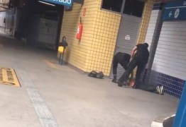 Segurança de metrô chuta rosto de homem que estava algemado no chão