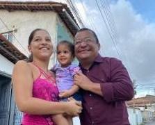 Nilvan Ferreira recebe o carinho e ouve demandas da população, em Cruz das Armas