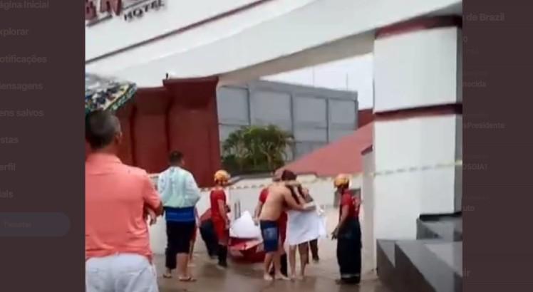 Captura de Tela 2020 03 23 às 17.05.29 - ILHADOS E PELADOS - Casais são resgatados de bote após alagamento em motel; VEJA VÍDEO
