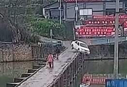 Motorista novato cai com carro em rio 10 minutos após receber carteira de habilitação – VEJA VÍDEO