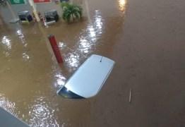 TUDO ALAGADO: Açude arromba e alaga causando estragos em cidade sertaneja – VEJA IMAGENS