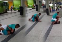COVID-19: Homens caem na porrada por causa de espirro