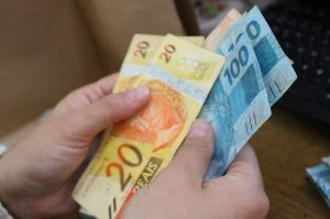 dinheiro economia 300x199 - Mesmo com pandemia, Governo do Estado anuncia calendário de pagamento de servidores dentro do mês