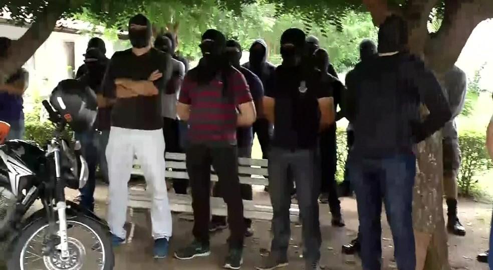 encapuzados ocupam batalho elite sobral tv verdes mares - FIM DO MOVIMENTO: Policiais amotinados no Ceará decidem aceitar proposta do governo