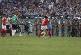 CLÁSSICO DA PANCADARIA: Jogo do Grêmio e Inter tem briga generalizada e oito expulsões – VEJA VÍDEO
