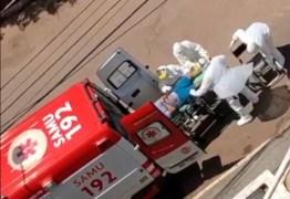 SUSPEITA DE CORONAVÍRUS: Socorristas do Samu removem homem com crise respiratória – VEJA VÍDEO