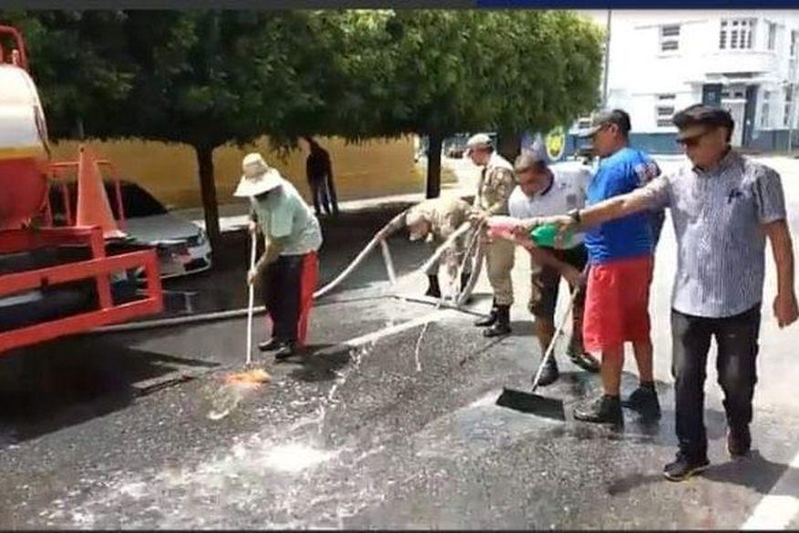 Higienização das ruas de Patos contra o coronavírus vira piada nas redes sociais, e Nilvan Ferreira também faz 'chacota' com o prefeito