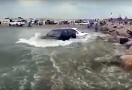 FENÔMENO: Praia brasileira tem tsunami meteorológico e carros são arrastados pela água; VEJA VÍDEO