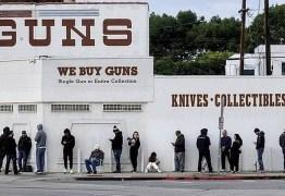 Americanos fazem fila para comprar armas durante pandemia do coronavírus