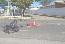 Jovem morre após empinar motocicleta e colidir violentamente com uma caçamba