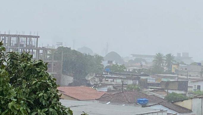 Chuvas hoje 683x388 1 - JOÃO PESSOA: chuvas deixam ruas e avenidas alagadas e semáforos com problemas