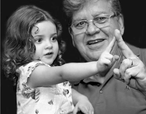 """JOAO E NETA 481x375 1 - Em foto com a neta, João Azevêdo ressalta importância de ficar em casa: """"Melhor jeito de ficar perto mais rápido"""""""