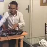 RADIO QUARENTENA - RÁDIO QUARENTENA: Jovem imita locutor esportivo para reproduzir rotina dos pais durante isolamento no RN