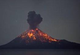 Vulcão Krakatoa entra em erupção na Indonésia e fumaça sobe 15 km na atmosfera – VEJA VÍDEO