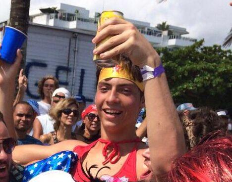 """WhatsApp Image 2020 04 25 at 19.13.08 e1587854388739 - VIROU PIADA: foto do filho """"pegador"""" de Jair Bolsonaro vestido de Mulher Maravilha gera polêmica nas redes"""
