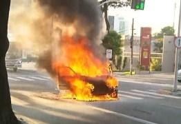 INCÊNDIO: Carro pega fogo enquanto motorista dirigia veículo, em João Pessoa