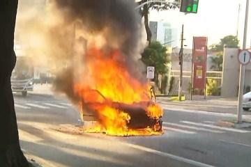carro pega fogo - INCÊNDIO: Carro pega fogo enquanto motorista dirigia veículo, em João Pessoa