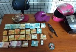 Polícia prende dois suspeitos de roubo, apreende revólver e recupera dinheiro