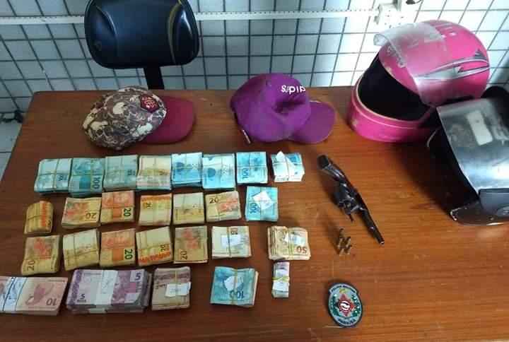 cc09b99b 1580 4bb1 b71e 79aa706aed18 - Polícia prende dois suspeitos de roubo, apreende revólver e recupera dinheiro