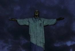 Cristo Redentor é vestido de médico para homenagear profissionais de saúde