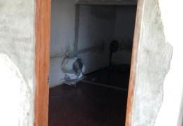 Fotos mostram cenário de 'abandono' em empresa que fornecia livros para prefeitura da Paraíba