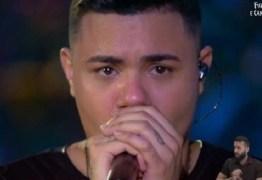 """Felipe Araújo bebe durante live e manda recado para o Conar: """"Vai tomar no c*"""""""