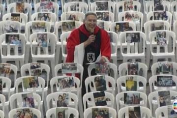padre marcelo missa - Padre Marcelo Rossi celebra missa com fotos de profissionais de saúde coladas em cadeiras vazias