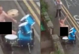 Pelado, homem burla quarentena e toca bateria na rua em homenagem à saúde pública
