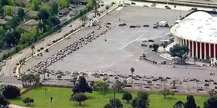 xblog cars california.jpg.pagespeed.ic .xzOHAYI1f9 - Filas de 10 mil carros esperam horas por comida nos EUA