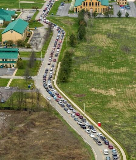 xblog food bank.jpg.pagespeed.ic .bEIIMSR MV - Filas de 10 mil carros esperam horas por comida nos EUA