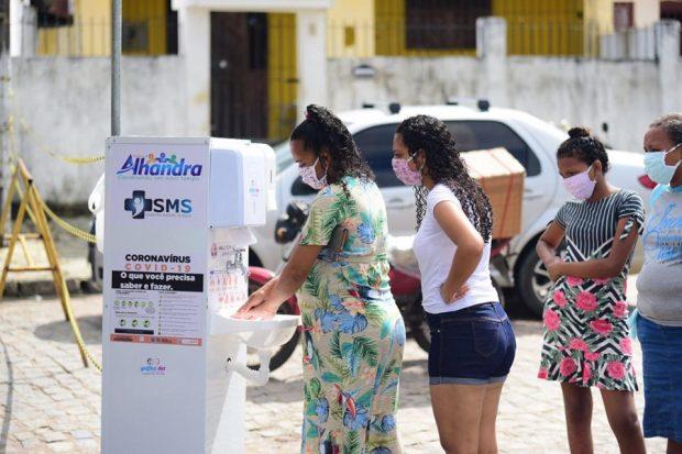 95606647 674121453137137 7321061687799316480 n 620x413 1 - Prefeitura realiza desinfecção nas feiras livres de Alhandra e Mata Redonda, disponibiliza lavatórios e distribui máscaras