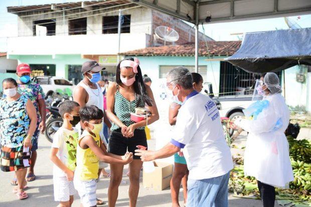 96581896 2379697595661038 1168234961392631808 n 620x413 1 - Prefeitura realiza desinfecção nas feiras livres de Alhandra e Mata Redonda, disponibiliza lavatórios e distribui máscaras