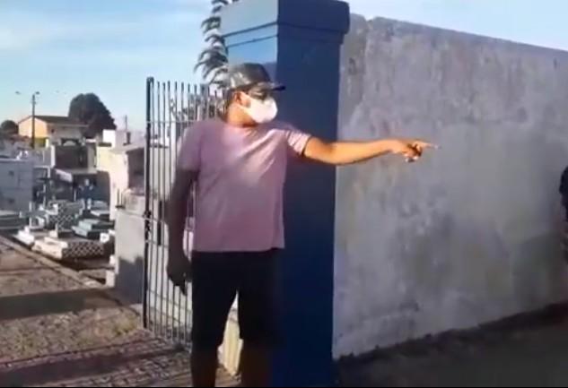 Capturarass - FALTA COVEIRO: Família espera quase 5 horas na frente de Cemitério para sepultar parente - VEJA VÍDEO