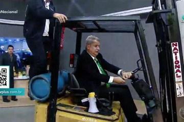 """Sikerajr 54ed94cfe490758128739d956415b16475e49ea5 - Sikêra Jr desobedece médicos e """"invade"""" TV  com empilhadeira para apresentar programa - VEJA VÍDEO"""