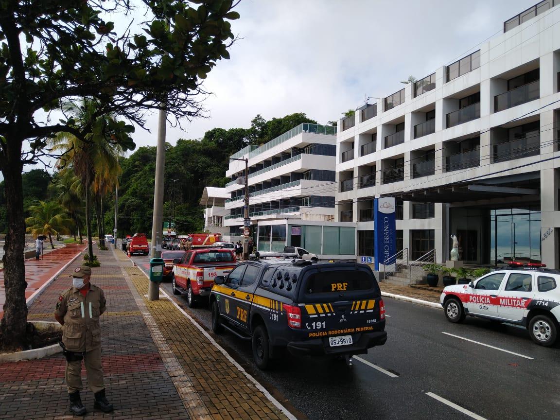 Viaturas no Cabo Branco - Mulher se tranca dentro de flat, após tomar arma de marido da PRF e ameaçar atirar