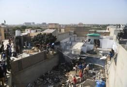Avião comercial cai com 107 pessoas a bordo no Paquistão