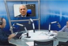 """Jornalista bate boca com prefeito de Cajazeiras no ar e dispara: """"Quer fazer barreira com o povo de Sousa?"""" – ASSISTA"""