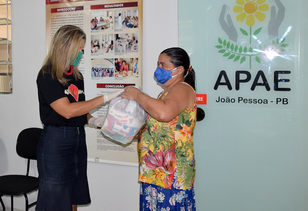 cesta 1 - Governo entrega cestas básicas a famílias de usuários da Apae