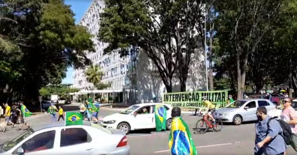 faixa - Manifestantes fazem ato em Brasília em apoio a Bolsonaro e em defesa de medidas inconstitucionais