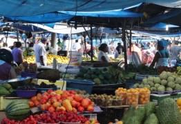 NA MADRUGADA E NA CHUVA: Prefeitura manda retirar bancas de feira livre do Mercado Central; VEJA VÍDEO